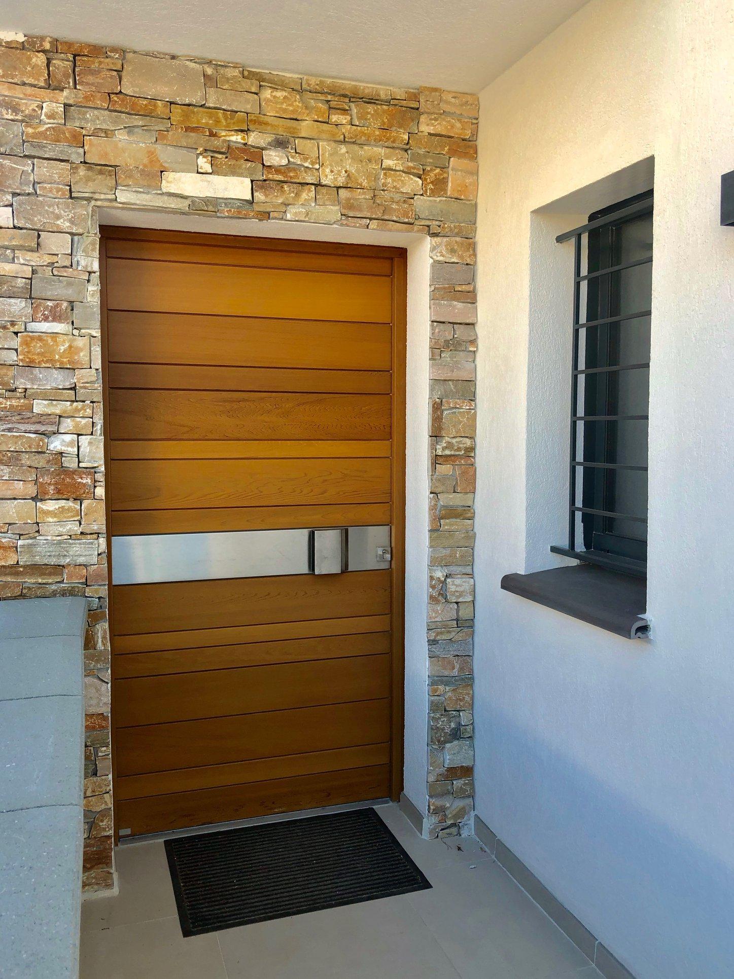 Réalisation porte d'entrée dans une maison design